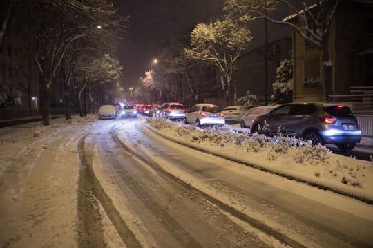 Conduire sur la neige: les règles, conseils et astuces