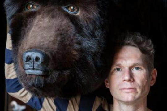 Pendant 13 jours un homme a décidé de vivre à l'intérieur... D'un ours!