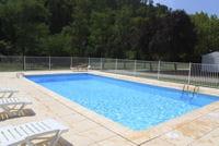 la barrière est l'un des dispositifs de sécurité exigé pour les piscines.