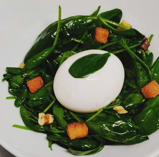 Entrée : Le Lescot  - salade d'épinards avec oeuf mollet, croutons et noix -   © FP