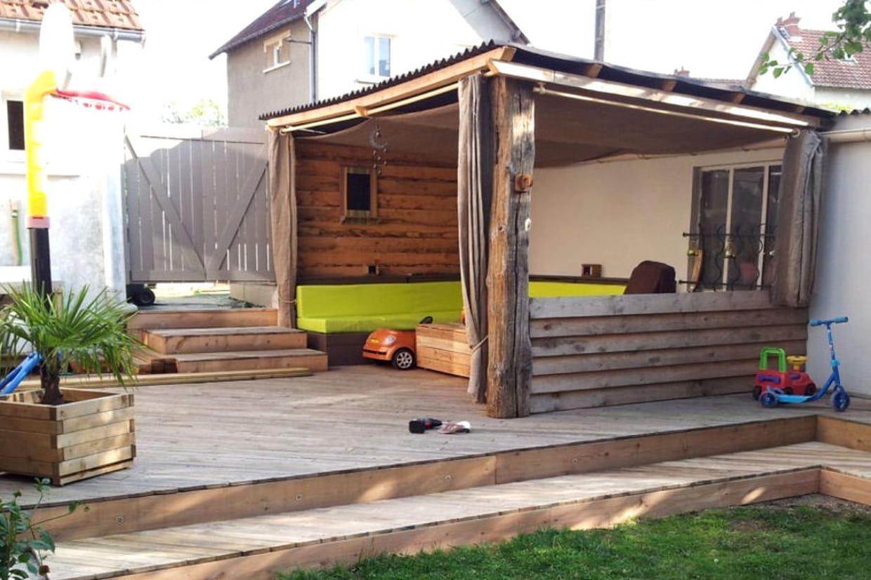 une terrasse couverte en bois de palettes. Black Bedroom Furniture Sets. Home Design Ideas