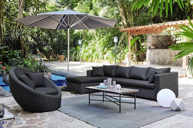 Un parasol moderne en aluminium for Portent un parasol dans les jardins