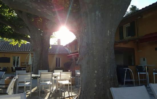 , Restaurant : Les Amis de la Fontaine  - Terrasse bar -   © evelyne leyris