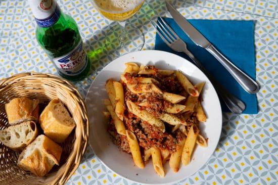 Plat : Vilcena  - Des bonnes pennes bolognaise accompagnée d'une bière italienne -   © Sandy