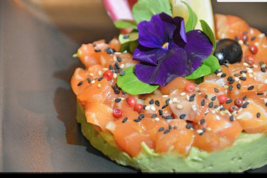 Entrée : Le Poivre Rose  - Tartare de saumon, mousseline d'avocat -   © Sarah Modee