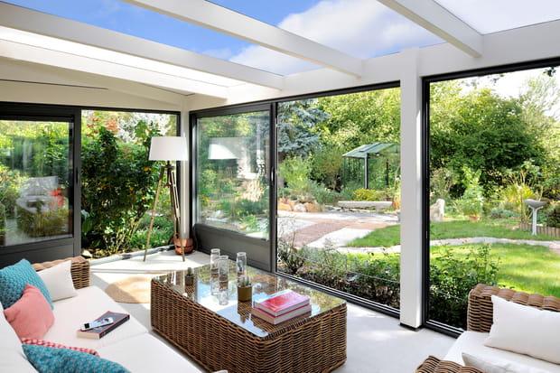 Une v randa pour un salon dans le jardin for Salon dans veranda