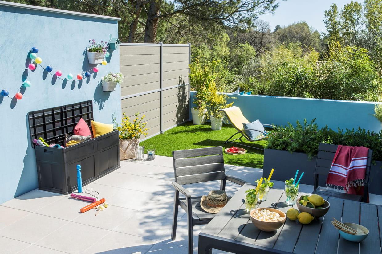 un faux gazon pour un coin de verdure. Black Bedroom Furniture Sets. Home Design Ideas