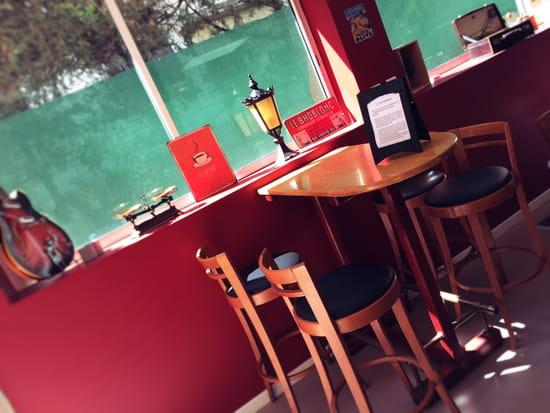 , Restaurant : Ze Kitchen  - Table et chaises hautes -   © non