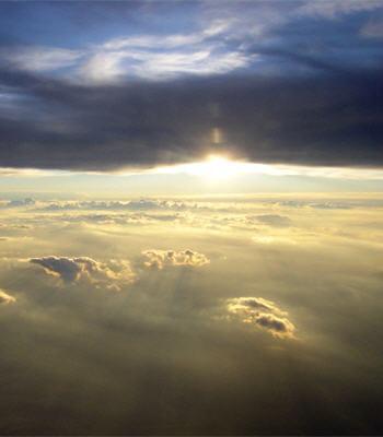 les nuages consistent en des amas de goutelettes d'eau.