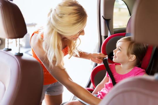 L'enfant en voiture: quel âge pour un rehausseur ou un siège auto?