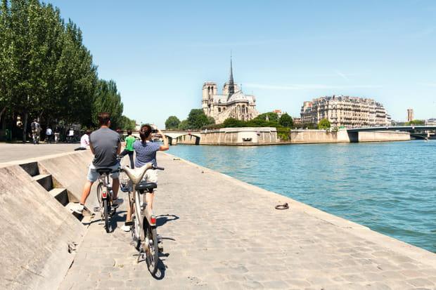Emprunter la piste cyclable qui longe la Seine