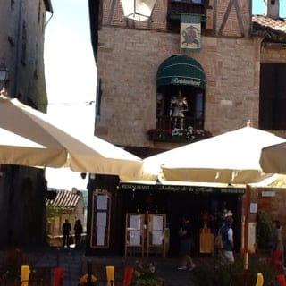 Restaurant : Auberge de la Halle  - Auberge de la halle vue de la terrasse sous la halle  -