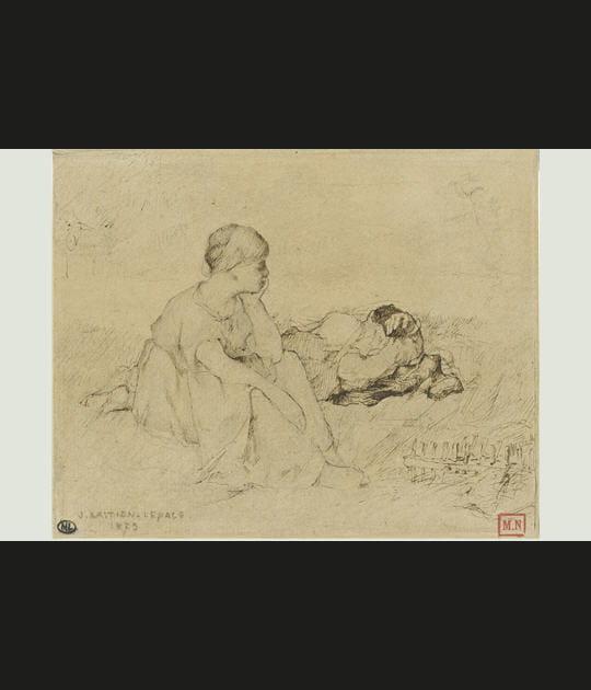 Femme assise dans l'herbe