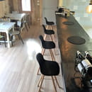 Restaurant : O'KLM restauration rapide  - Le comptoir face au chef et à sa cuisine -   © OKLM restauration rapide