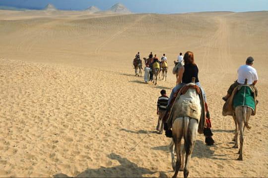 En chemin vers les pyramides de Gizeh
