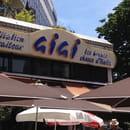 Restaurant : Gigi  - L'enseigne, vue de la place. -
