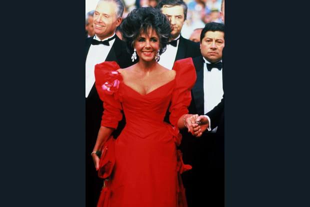Elizabeth Taylor joue des épaules