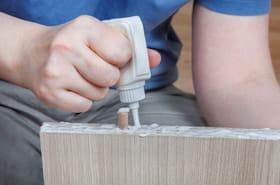 Toutes les solutions pour enlever une trace de colle sur un meuble, la peau ou un textile