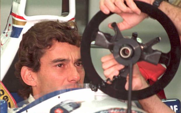 Dimanche 1er mai, avant la course: Senna inspecte sa colonne de direction