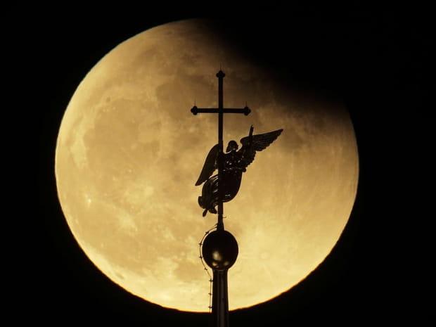 Super Lune: les photos les plus spectaculaires de la lune bleue de sang