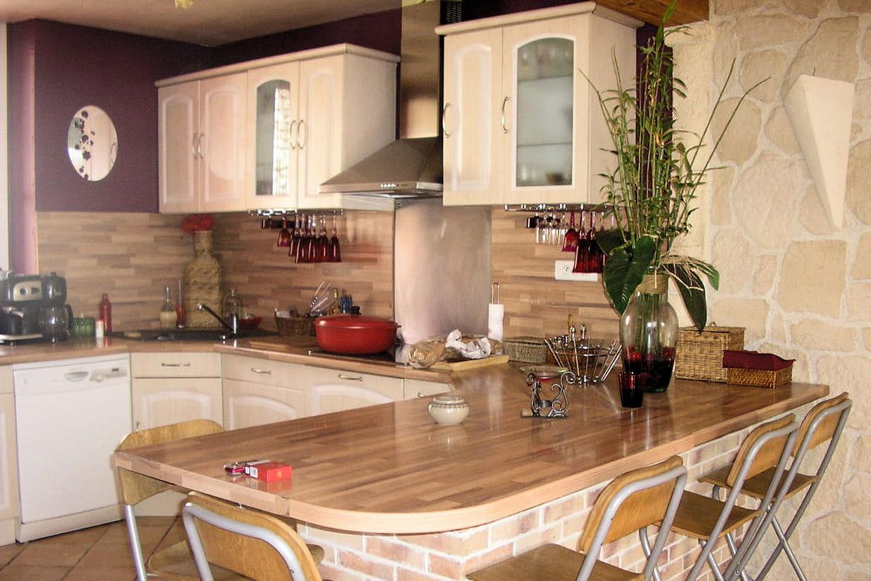 une cuisine avec plan snack. Black Bedroom Furniture Sets. Home Design Ideas
