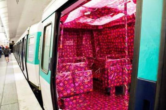 Ligne 8 : une rame de métro parisien emballée par des passagers