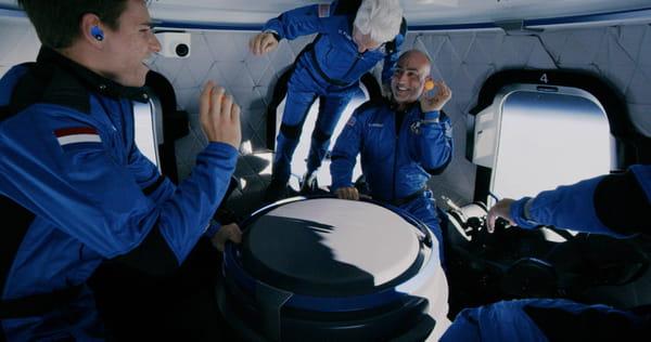 Jeff Bezos, Mark Bezos, Wally Funk et Oliver Daemon en apesanteur dans la capsule Blue Origin