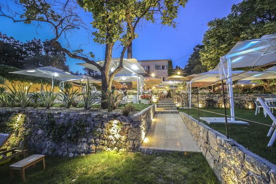 Restaurant : Le Mas des Géraniums  - Vue jardins de nuit -   © MG