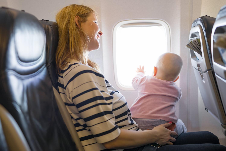 Voyager avec bébé: âge minimum, avion, destinations et conseils