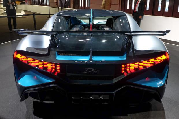 Le bandeau de LED laisse place à des feux placés à chaque extrémité de la voiture
