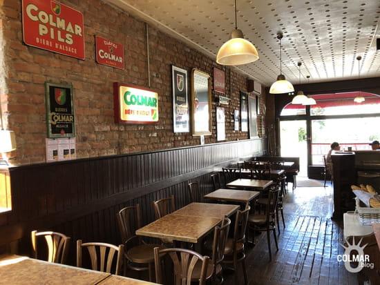 Aux Trois Couleurs  - La décoration intérieure, telle un vieux café Parisien ou un bouchon Lyonnais -   © Colmar.blog
