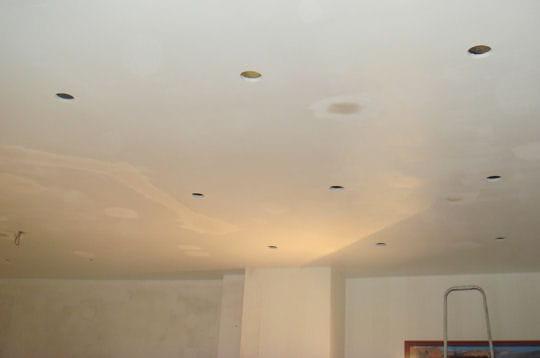 de nombreux spots au plafond. Black Bedroom Furniture Sets. Home Design Ideas