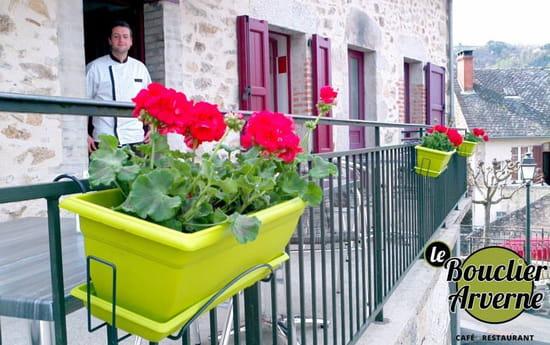 Le Bouclier Arverne  - Café restaurant, sur la place du village. -   © boisset-cantal.fr