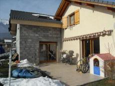 construction d'une extension horizontale à l'arrière de la maison.