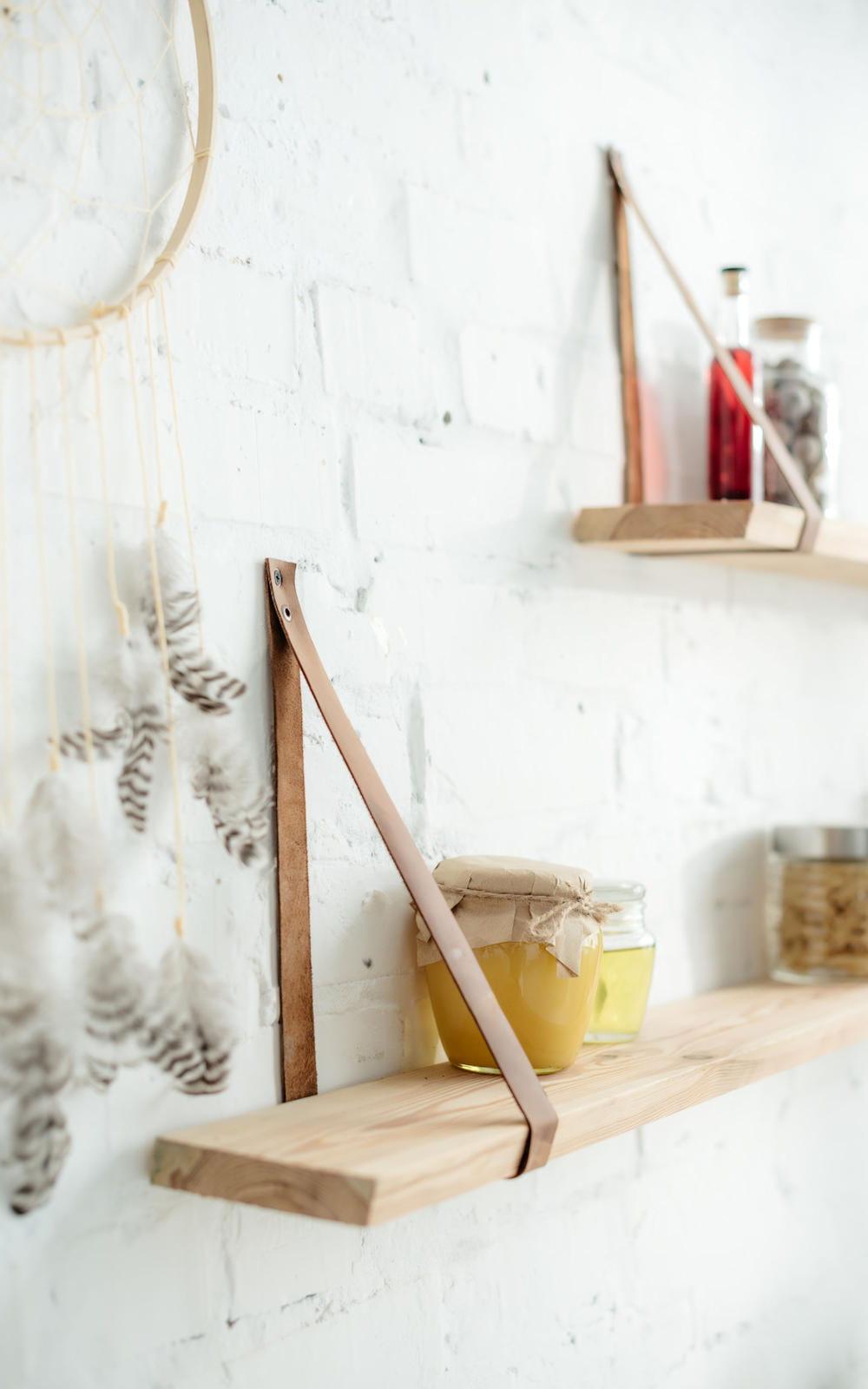 Comment Accrocher Une Guirlande Lumineuse Au Mur utiliser des chutes de bois pour faire des étagères