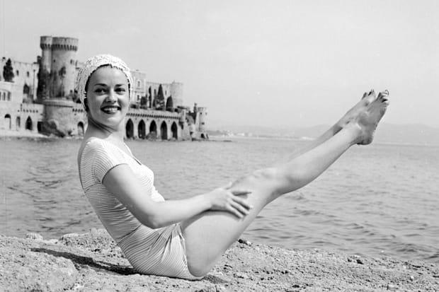 Jeanne Moreau sur la plage en 1958