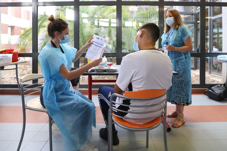 DIRECT. Coronavirus en France: l'épidémie décroit, Janssen inquiète, mais les vaccins protègent