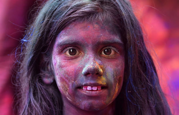 Une petite fille célèbre Holi
