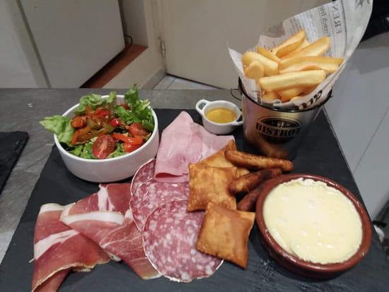 Plat : O' Bécassier  - Salade, came vert, saucisson, jambon cuit et cru, tourtons et ravioles du champsaur -   © Ardoise O becassier