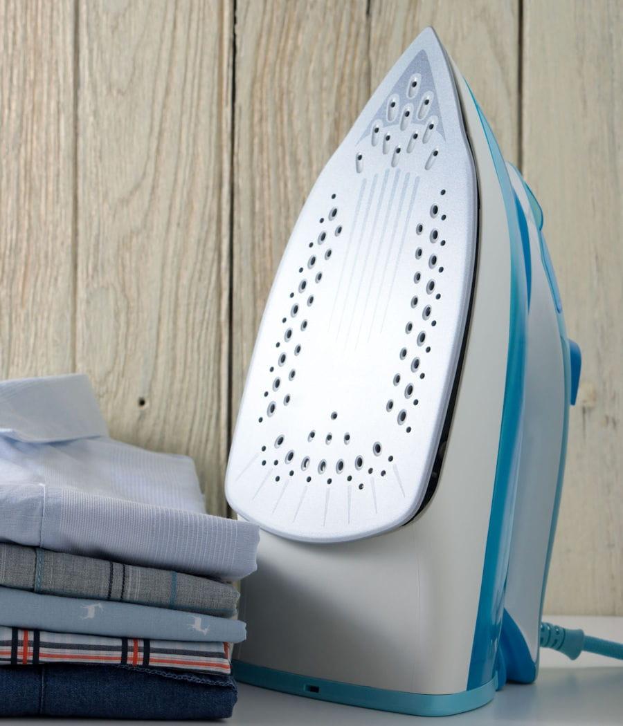 nettoyer la semelle du fer repasser. Black Bedroom Furniture Sets. Home Design Ideas