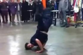 Un policier se lance dans un battle de breakdance