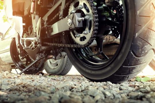 Retendre la chaîne d'une moto